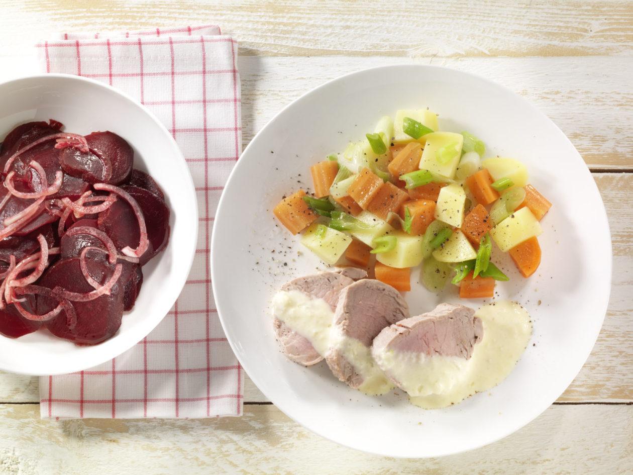 gesiedete schweinelende mit meerrettich und rote bete salat