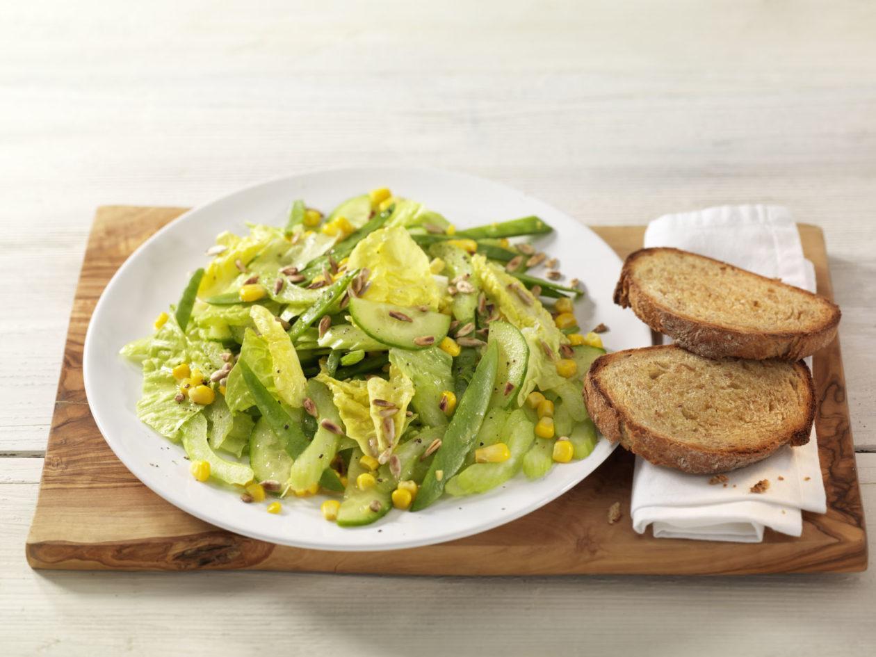 Knackiger Sommersalat mit fruchtigem Himbeerdrink - BCM Diät Rezepte.at