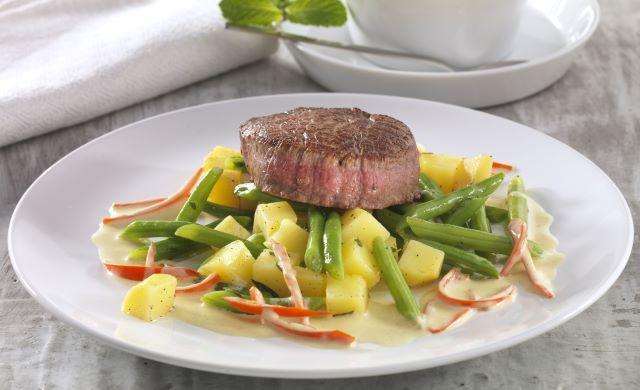 rindermedaillons-mit-kartoffel-bohnengemuese-und-chili-senfsauce-