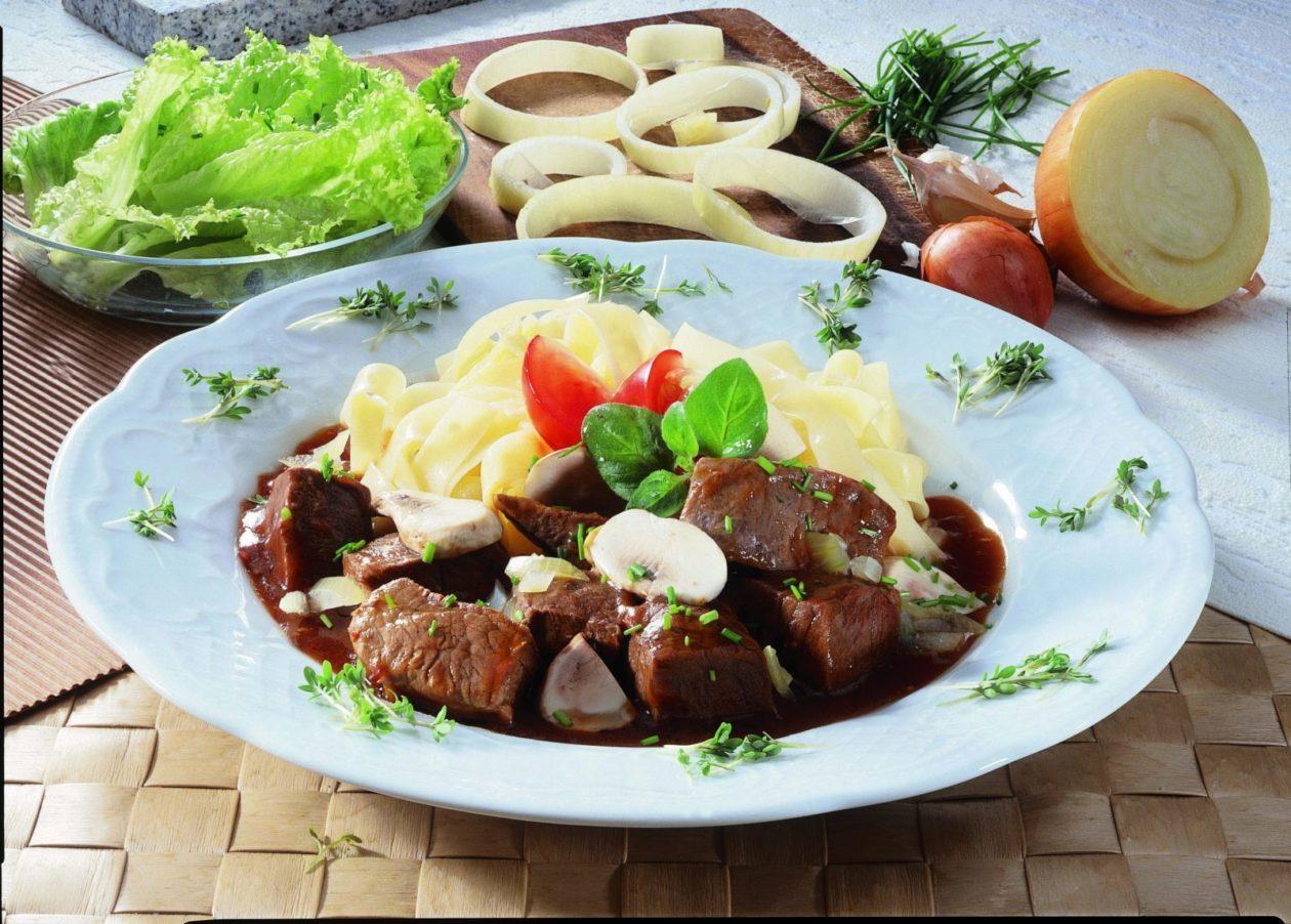 Gulasch mit Bandnudeln - BCM Diät Rezepte.at