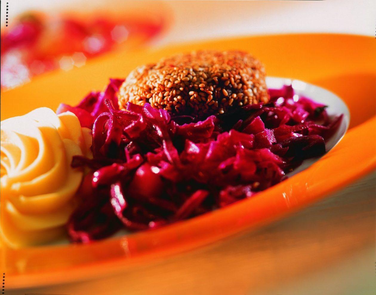 Sesam-Hacksteak mit Rotkohl - BCM Diät Rezepte.at