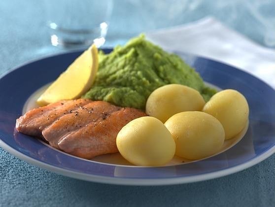 Lachs mit Erbsenpüree und Kartoffeln - BCM Diät Rezepte.at