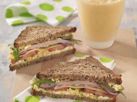 Roggen-Clubsandwich mit Curry-Frischkäse und Mango-Lassi - BCM Diät Rezepte.at