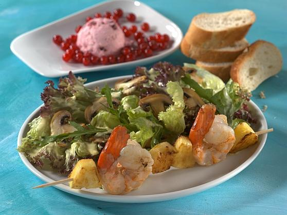 Salatteller mit Garnelenspießen - BCM Diät Rezepte.at
