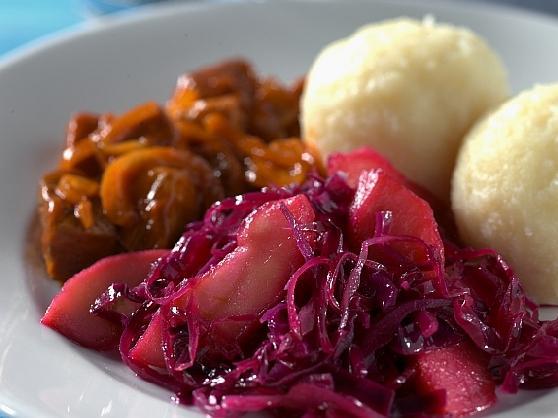 Gulasch mit Klössen und Rotkraut - BCM Diät Rezepte.at