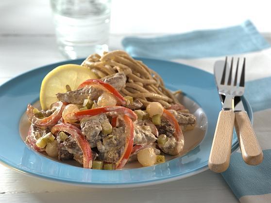 Rindergeschnetzeltes mit Paprika und Perlzwiebeln auf Vollkornspätzle - BCM Diät Rezepte.at