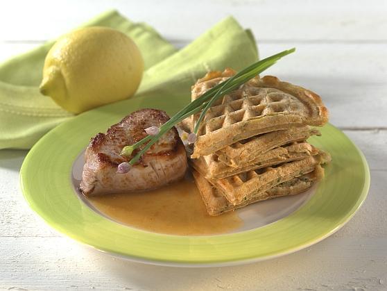 Zucchini-Kartoffelwaffeln mit Schweinemedaillons in Zitronensauce - BCM Diät Rezepte.at