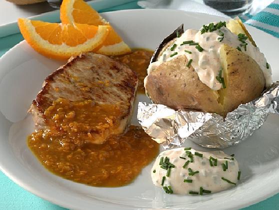 Schweinerücken in Orangensauce mit Ofenkartoffel und Kräuterquark - BCM Diät Rezepte.at