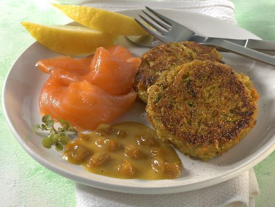 Gemüsebratlinge mit Räucherlachs und Aprikosen-Honig-Senf-Sauce - BCM Diät Rezepte.at