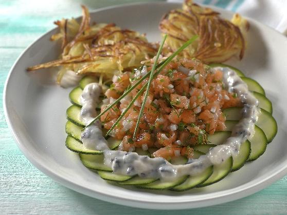 Lachstatar auf Zucchinicarpaccio mit Kartoffelrösti - BCM Diät Rezepte.at