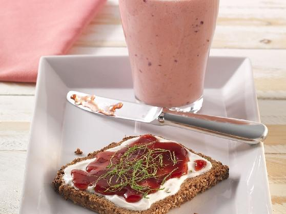 Süßes Frühstücks-Vollkornbrot mit einem Beerensmoothie - BCM Diät Rezepte.at