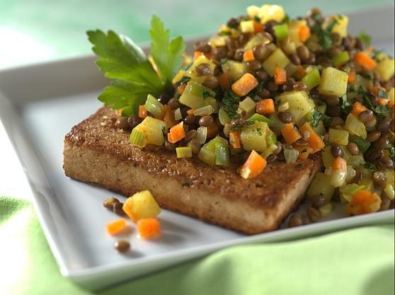 Gebratener Tofu auf Linsengemüse - BCM Diät Rezepte.at