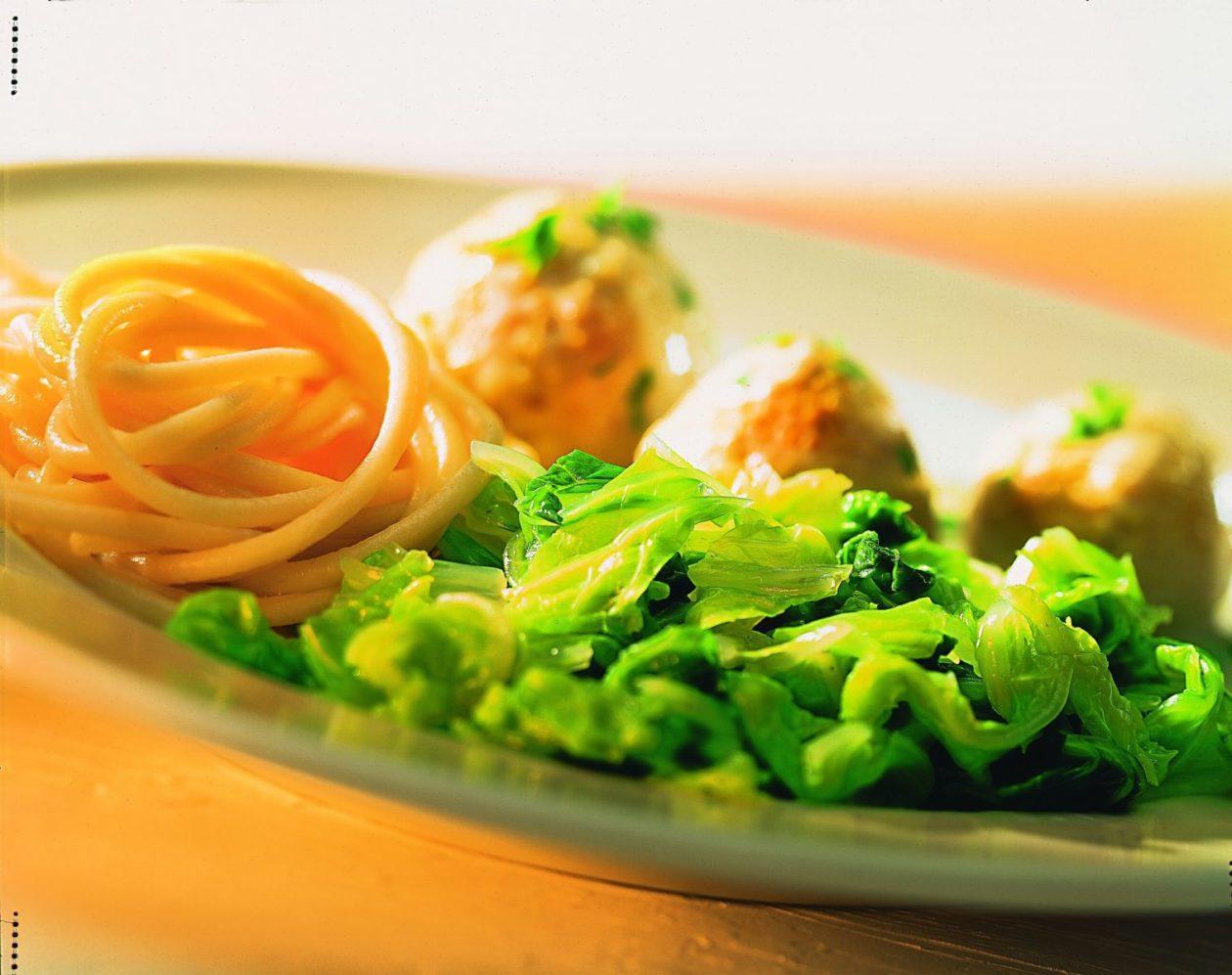 Chinakohl mit Geflügelbällchen - BCM Diät Rezepte.at