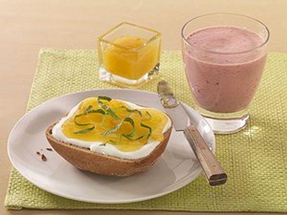 Süßer Power-Frühstücksdrink mit Marmeladen-Quark-Brötchen - BCM Diät Rezepte.at