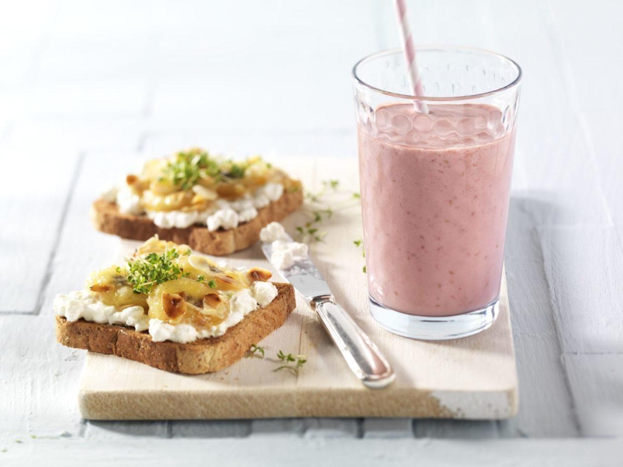 Bananen-Hüttenkäse-Toast mit Himbeer-Orangen-Smoothie - BCM Diät Rezepte.at