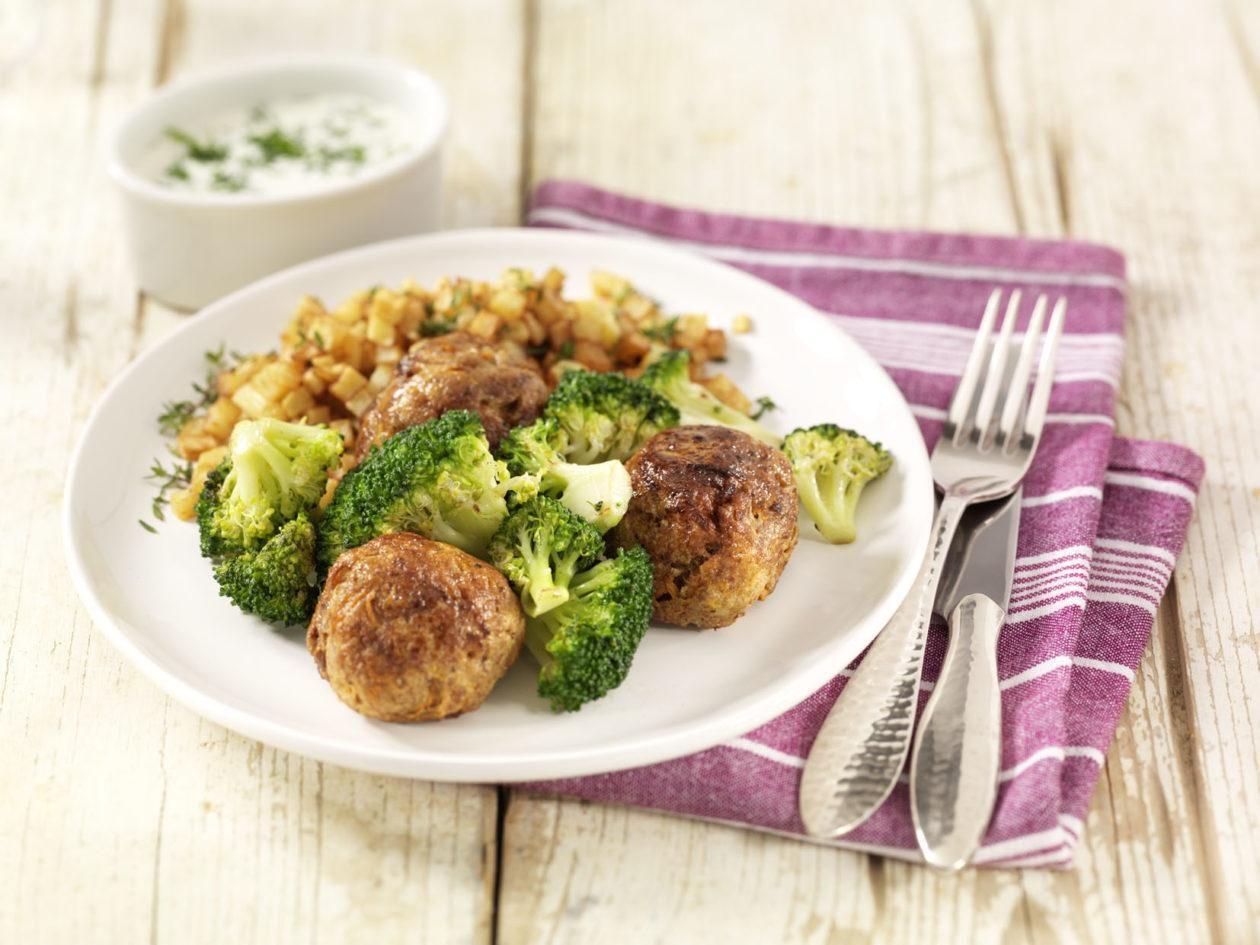 Hackbällchen mit Broccoli in Kräuterbéchamelsauce und Kartoffelwürfeln - BCM Diät Rezepte.at