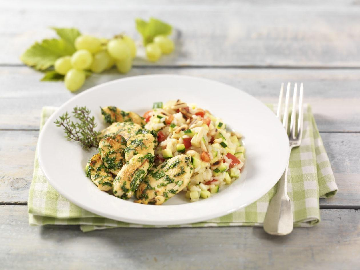 Kräuter-Hähnchenbrustfilets auf Zucchini-Tomaten-Risotto und Pinienkernen - BCM Diät Rezepte.at