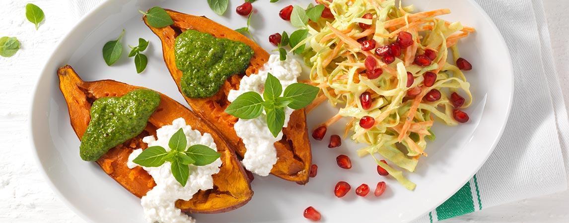 Süßkartoffeln mit Rohkost-Salat, Hüttenkäse und Pesto - BCM Diät Rezepte.at