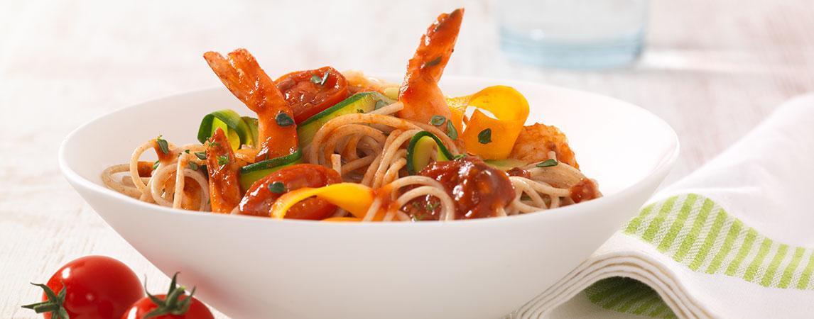 Gemüse-Dinkel-Nudeln mit Garnelen-Tomaten-Ragout - BCM Diät Rezepte.at