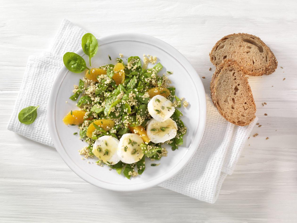 Spinat-Salat mit Quinoa, Orangendressing und Ziegenkäse - BCM Diät Rezepte.at