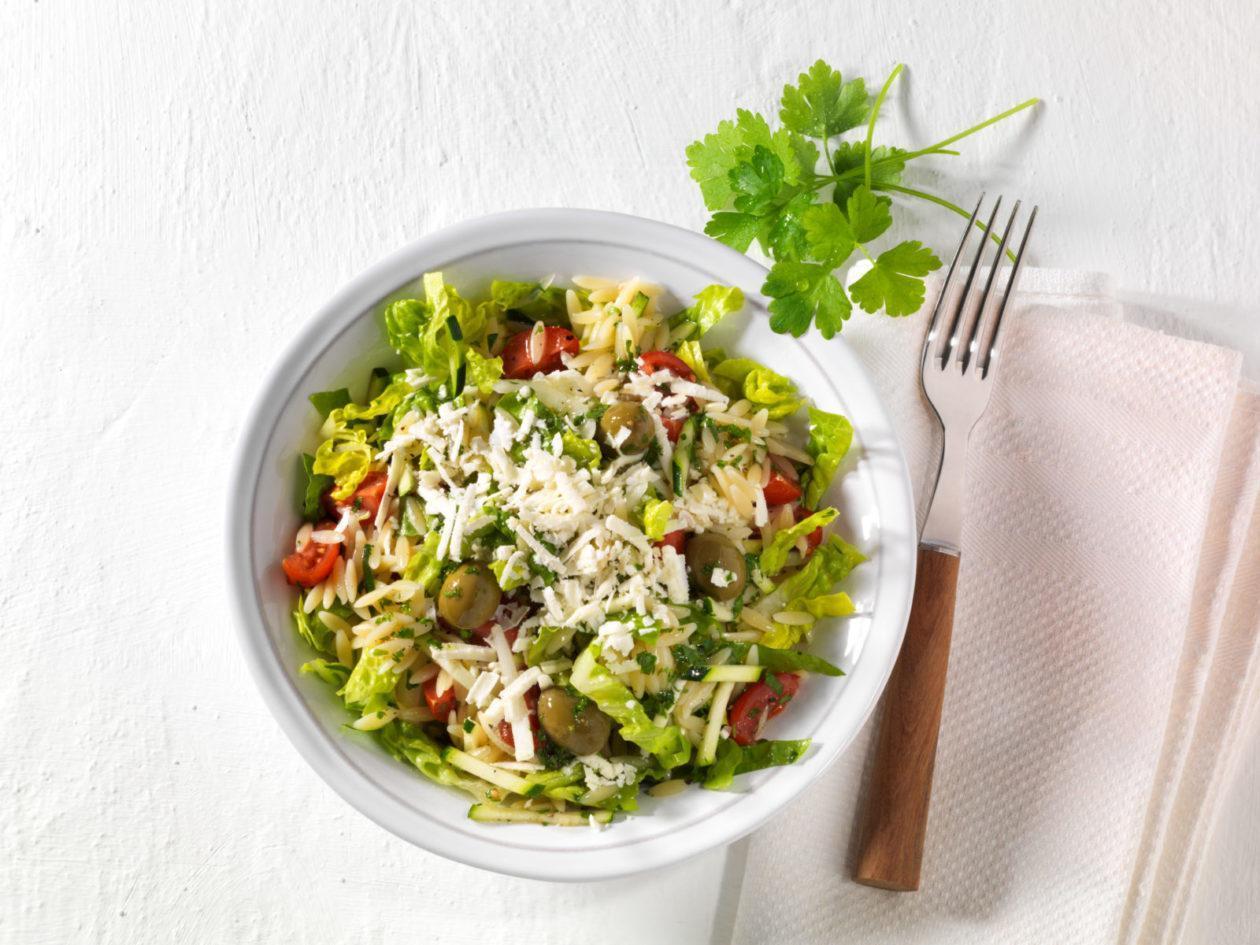 Nudel-Hirtensalat mit Tomaten, Zucchini, Feta und Oliven - BCM Diät Rezepte.at